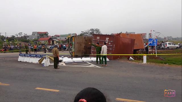 Xe container lật ngang đè xe máy ở Hà Nội, 2 mẹ con tử vong - Ảnh 1.