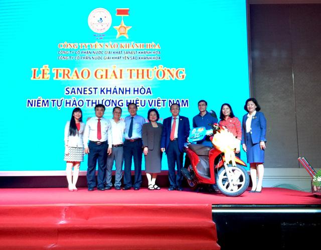 """Trao thưởng đợt 3 - Chương trình khuyến mãi """"Sanest Khánh Hòa - Niềm tự hào thương hiệu Việt Nam"""" - Ảnh 1."""
