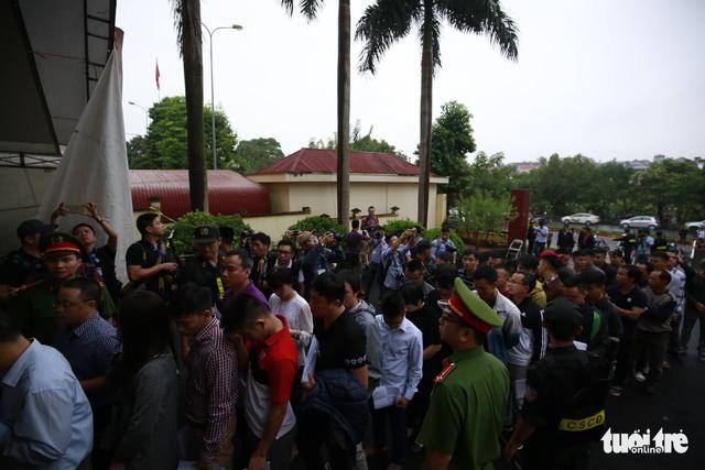 Cựu trung tướng Phan Văn Vĩnh trả lời nhầm câu hỏi của tòa - Ảnh 4.