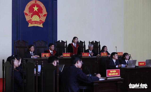 Cựu trung tướng Phan Văn Vĩnh trả lời nhầm câu hỏi của tòa - Ảnh 1.