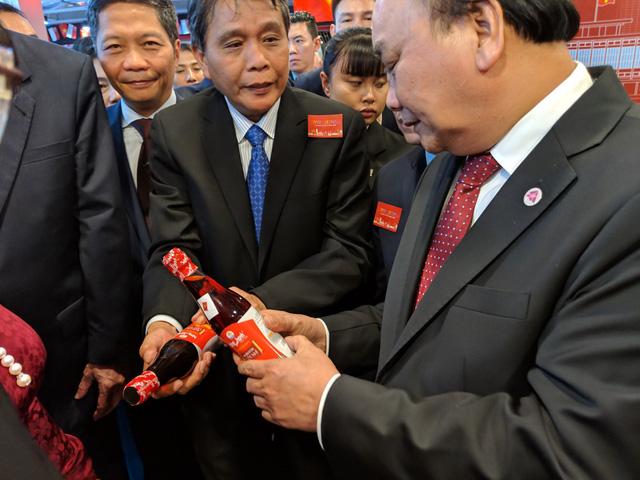 Thủ tướng khai mạc tuần lễ hàng Việt Nam tại Singapore - Ảnh 3.