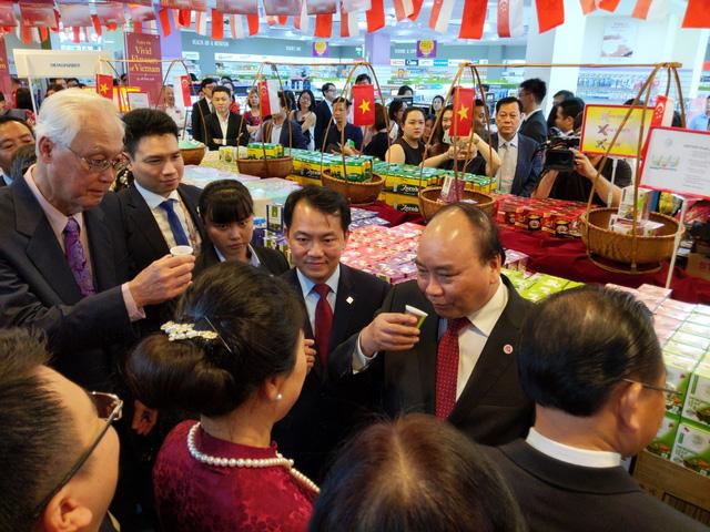 Thủ tướng khai mạc tuần lễ hàng Việt Nam tại Singapore - Ảnh 1.