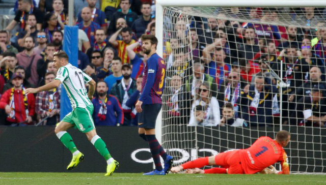 Bí mật cuộc cãi nhau giữa Pique và Valverde trong trận Barcelona thua Betis - Ảnh 1.