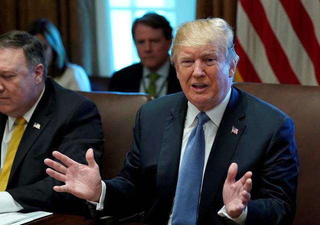 Ông Trump chỉ trích New York Times cầm đèn chạy trước ôtô - Ảnh 1.