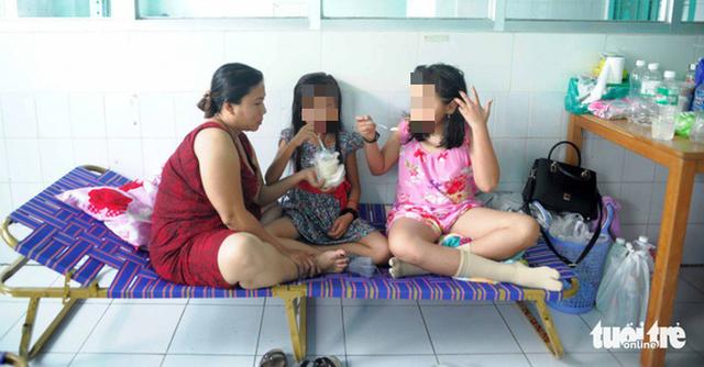 Dịch sốt xuất huyết ở Khánh Hòa tăng mạnh, bệnh nhân phải nằm ghế xếp - Ảnh 1.