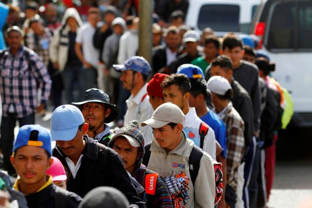 Dòng người di cư bắt đầu xin tị nạn vào Mỹ - Ảnh 1.