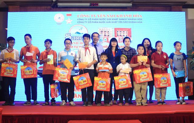 Sanest Khánh Hòa trao học bổng cho học sinh nghèo vượt khó - Ảnh 1.