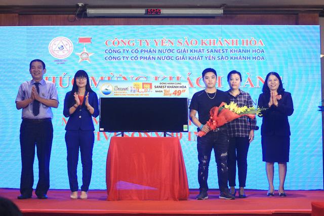 Sanest Khánh Hòa trao học bổng cho học sinh nghèo vượt khó - Ảnh 2.