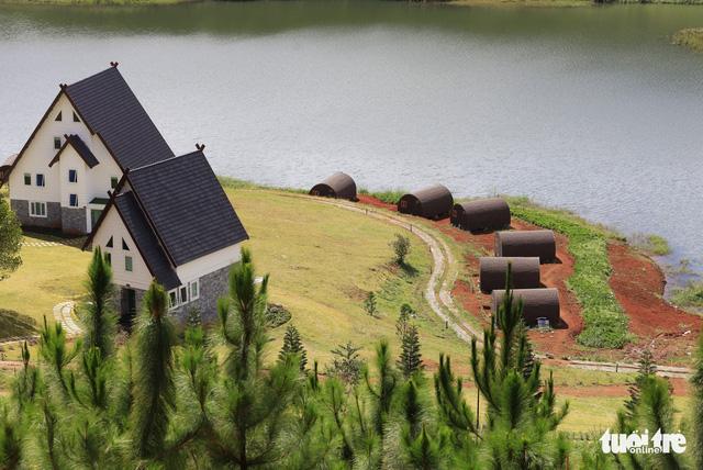 Xử lý 19 nhà gỗ dựng trong vùng cấm hồ Tuyền Lâm - Ảnh 1.