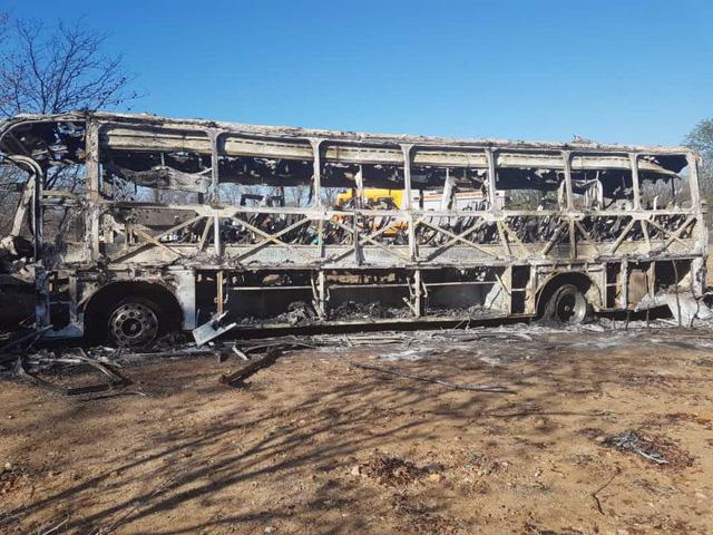 42 người bị thiêu sống trong xe khách bốc cháy ở Zimbabwe - Ảnh 3.