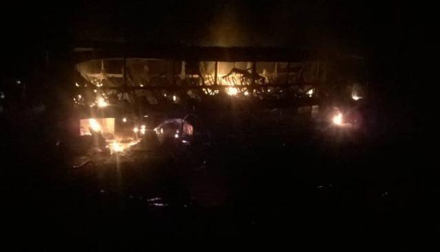 42 người bị thiêu sống trong xe khách bốc cháy ở Zimbabwe - Ảnh 2.