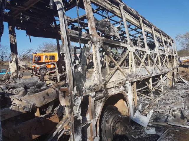 42 người bị thiêu sống trong xe khách bốc cháy ở Zimbabwe - Ảnh 1.