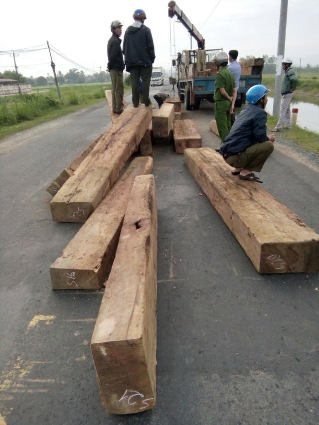 Bị truy đuổi, xe tải đổ gỗ ngổn ngang ra đường cản địa - Ảnh 1.