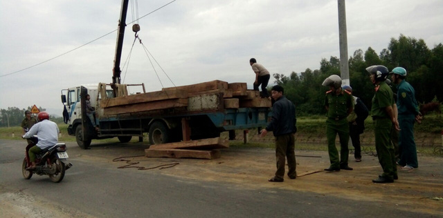 Bị truy đuổi, xe tải đổ gỗ ngổn ngang ra đường cản địa - Ảnh 2.