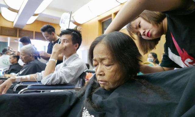 Cắt tóc, gội đầu 300 bệnh nhân ngay trong bệnh viện - Ảnh 1.