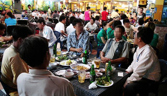 Kéo người Việt ra khỏi men rượu - Ảnh 1.