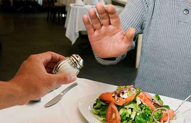 Chế độ ăn giảm muối trong bệnh thận và ung thư dạ dày - Ảnh 1.