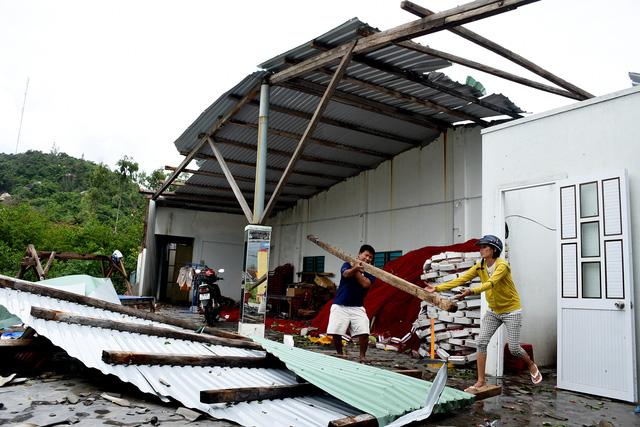 Phú Yên: Lốc xoáy làm hơn 100 ngôi nhà sập, tốc mái - Ảnh 4.