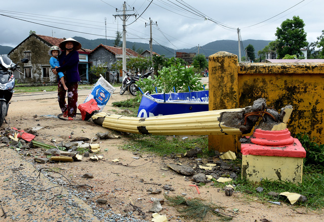 Phú Yên: Lốc xoáy làm hơn 100 ngôi nhà sập, tốc mái - Ảnh 7.