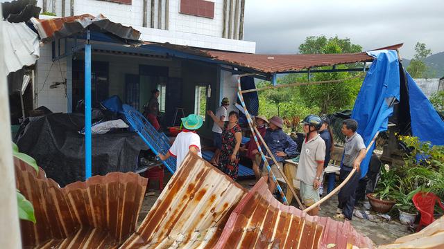 Phú Yên: Lốc xoáy làm hơn 100 ngôi nhà sập, tốc mái - Ảnh 13.