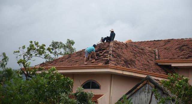 Phú Yên: Lốc xoáy làm hơn 100 ngôi nhà sập, tốc mái - Ảnh 14.