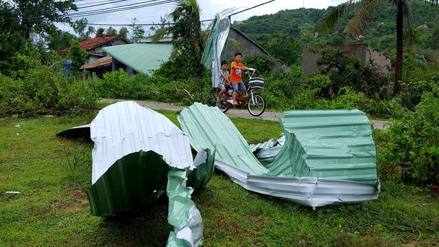 Phú Yên: Lốc xoáy làm hơn 100 ngôi nhà sập, tốc mái - Ảnh 10.