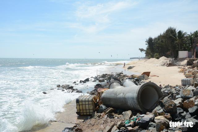 """Bờ biển """"thủ đô"""" resort Phan Thiết sạt lở nặng - Ảnh 1."""