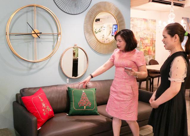 Chị Lê Thị Thương Hoài đang chọn nội thất cho căn hộ mới của mình ở Q.Phú Nhuận, TP.HCM - Ảnh: TRẦN BÌNH