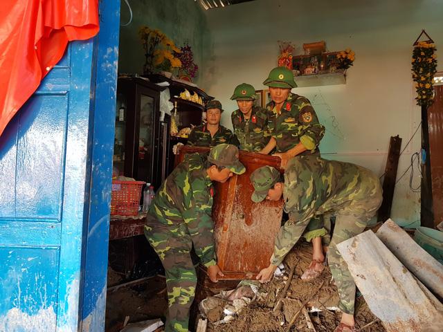 Đào bới tìm người mất tích do đất đá vùi lấp ở Nha Trang - Ảnh 5.