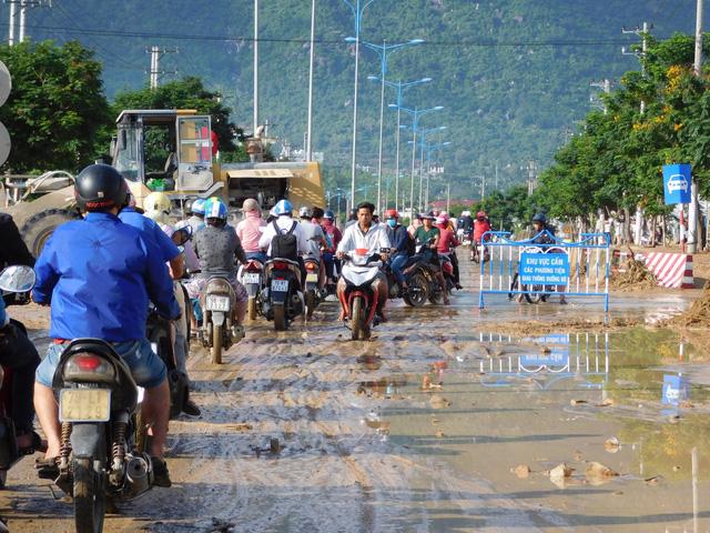 Các tuyến đường bị sạt lở ở Nha Trang đã lưu thông một phần - Ảnh 3.