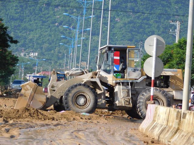 Các tuyến đường bị sạt lở ở Nha Trang đã lưu thông một phần - Ảnh 1.