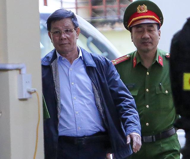 Thẩm vấn cựu trung tướng Phan Văn Vĩnh về bảo kê đánh bạc - Ảnh 1.