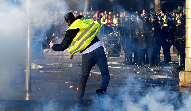 Tổng thống Pháp quyết không hạ thuế bất chấp biểu tình - Ảnh 1.