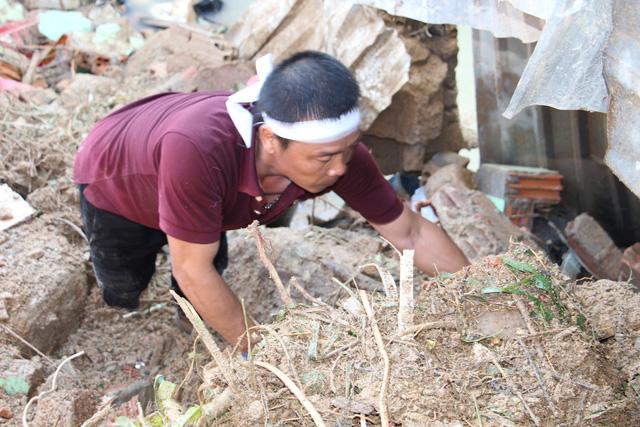 Đào bới tìm người mất tích do đất đá vùi lấp ở Nha Trang - Ảnh 2.