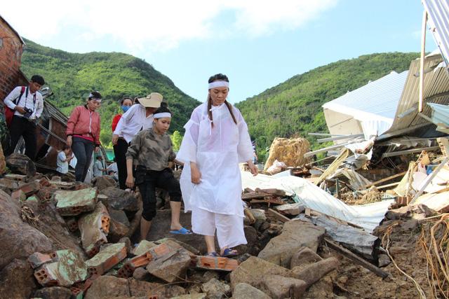 Đào bới tìm người mất tích do đất đá vùi lấp ở Nha Trang - Ảnh 4.