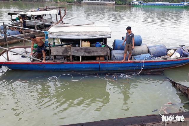 Trục vớt hết 26 tấn axit bị chìm dưới sông Đồng Nai - Ảnh 1.