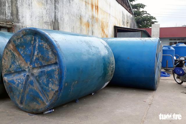 Trục vớt hết 26 tấn axit bị chìm dưới sông Đồng Nai - Ảnh 2.