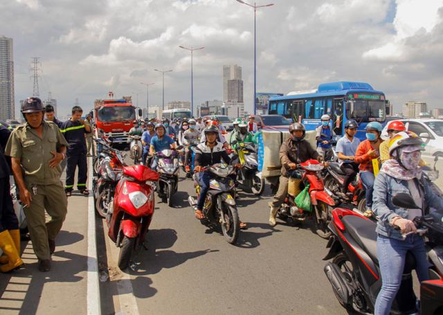 Tìm kiếm người đàn ông bỏ xe máy nhảy cầu Sài Gòn - Ảnh 1.