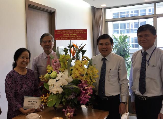 Chủ tịch UBND TP.HCM thăm nhà giáo tiêu biểu - Ảnh 1.