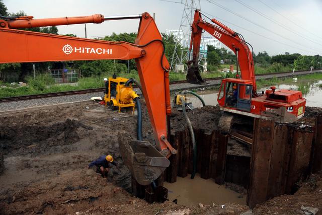 Đường ống D1500mm gặp sự cố gây cúp nước nhiều quận huyện - Ảnh 1.