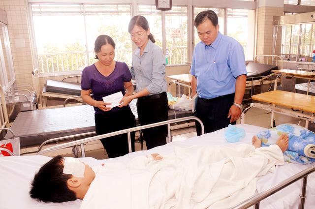 Thành đoàn TP.HCM thăm học sinh bị tai nạn sập giàn giáo - Ảnh 1.