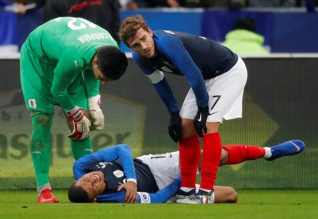 Pháp trả giá đắt cho chiến thắng trước Uruguay bằng chấn thương của Mbappe - Ảnh 1.
