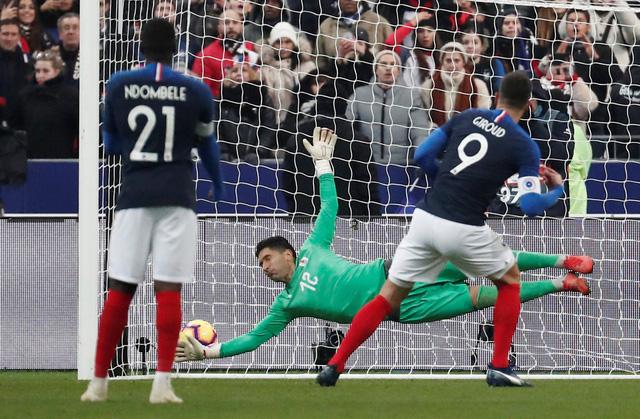 Pháp trả giá đắt cho chiến thắng trước Uruguay bằng chấn thương của Mbappe - Ảnh 2.