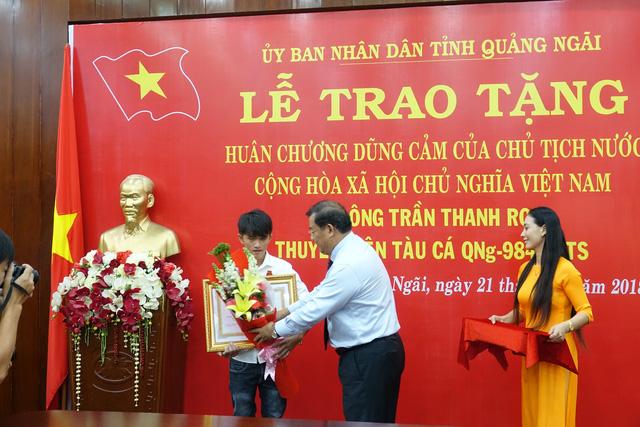 Chủ tịch nước tặng huân chương cho chàng ngư dân dũng cảm - Ảnh 1.