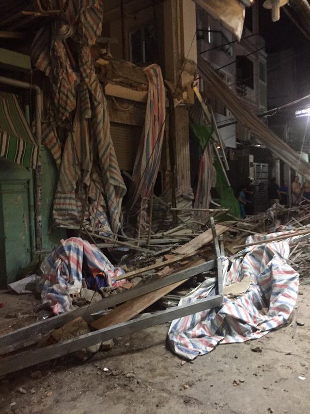Sập giàn giáo công trình sửa nhà ở quận 1, TP.HCM, một người chết - Ảnh 4.