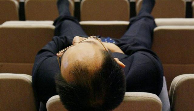 Nhiều công ty Nhật khuyến khích nhân viên chợp mắt trong giờ làm việc - Ảnh 1.