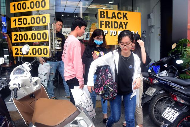 Người Sài Gòn phấn khích trong mùa Black Friday giảm đến 90% đầu tiên - Ảnh 1.