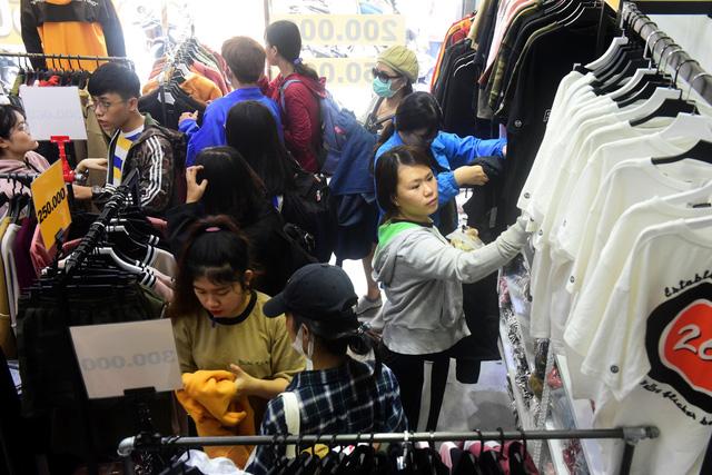 Người Sài Gòn phấn khích trong mùa Black Friday giảm đến 90% đầu tiên - Ảnh 5.