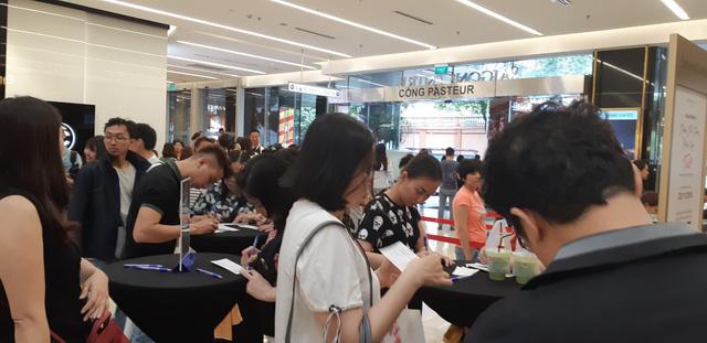 Người Sài Gòn phấn khích trong mùa Black Friday giảm đến 90% đầu tiên - Ảnh 6.