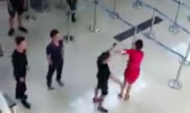 Bị từ chối chụp hình chung, nhóm hành khách đánh nữ nhân viên hàng không - Ảnh 1.